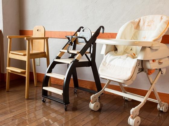 子供用いすは、ビュッフェを一緒に回れるカート式など3タイプ。