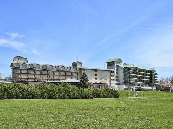 十勝川に面し、広々とした自然に囲まれたホテル。