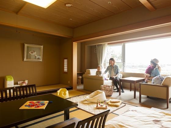 十勝川に面した12.5畳の和室は、露天風呂付き。