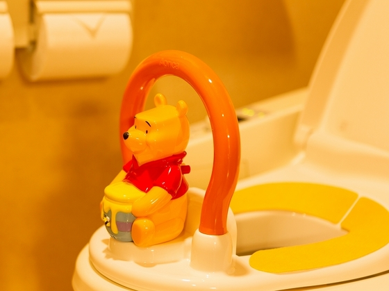 お部屋のトイレに子供用とりつけ便座をご用意。