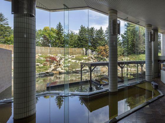 十勝川と日高山脈の雄大な景色が見渡せる展望露天風呂。