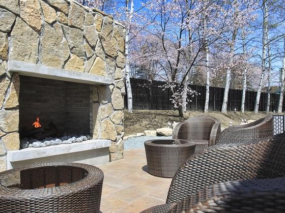 朝食会場の外は暖炉のあるテラス席。夏季は外での朝食も。