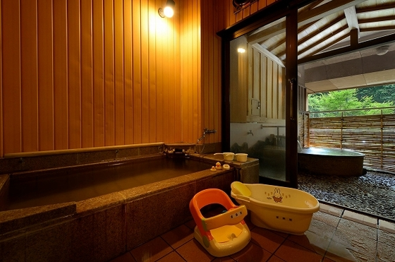 「内湯」と「半露天」2つの浴槽で温泉を楽しめる貸切風呂