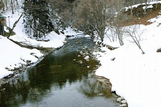 冬の庭園を流れる豊沢川。白銀の世界の庭園をご覧ください