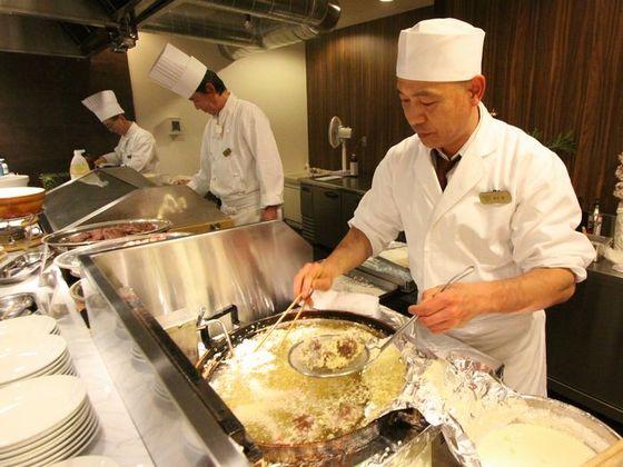 ステーキや寿司、てんぷらなどを実演調理。一番人気のバイキング