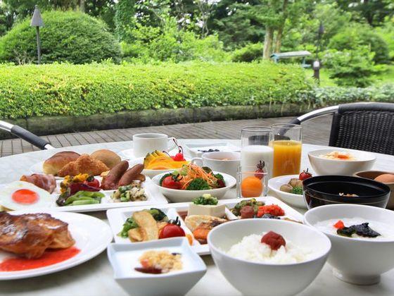 朝食は和洋バイキング。高原の爽やかな光の中、一日の活力を。