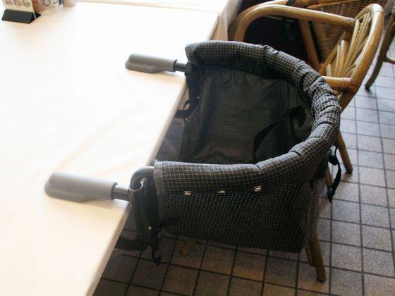 食事会場はクーファンなど年齢に応じた4タイプの椅子をご用意。