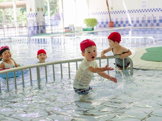 雨でも安心。赤ちゃんでも楽しめる全天候型室内温水プール