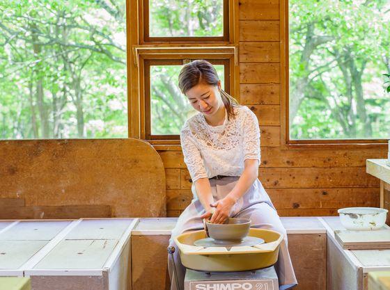 シルバーや天然石のアクセサリー作りなども楽しめる体験工房