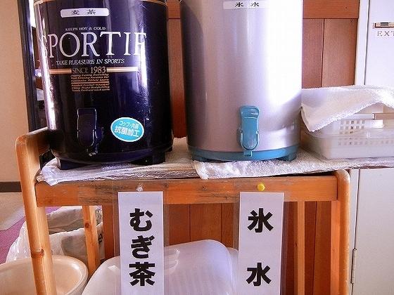 温泉入り口に設置してある麦茶と冷水のサービス