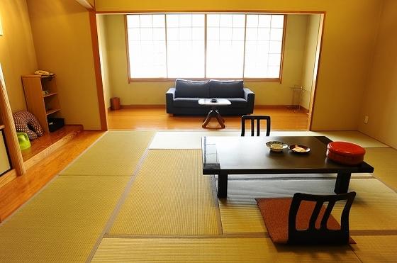 広々とした10畳+4.5畳の2間続きの広々和室ですが眺望は良くありません。【禁煙】