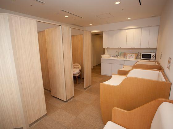 授乳室ではタオルや哺乳瓶用洗剤、ウォーターサーバーもご用意(70℃設定有)