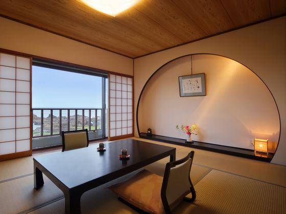 半円に切った床の間と一面ガラスが印象的なモダン客室・彩り亭