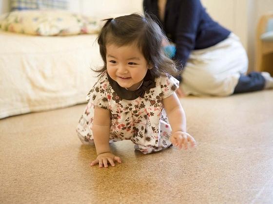 元気にハイハイ!コルク製の床で清潔、安心♪