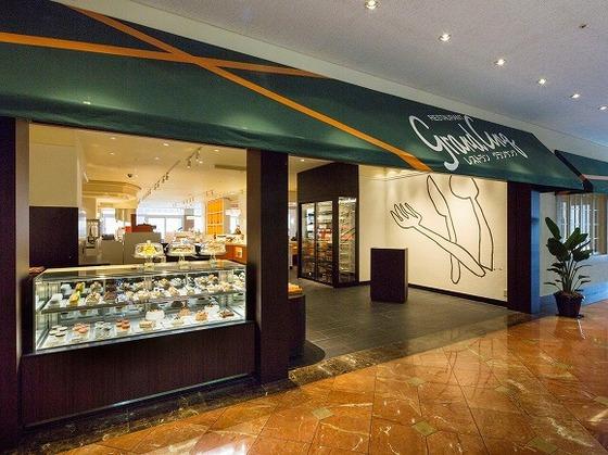 「パティスリー」はレストラン「グランサンク」入口に併設