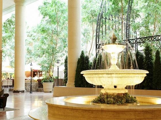 2F ロビーの噴水は館内の癒しスポット