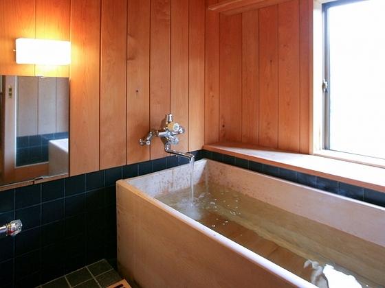 檜のお風呂があるお部屋もあります。