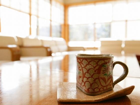 ロビーラウンジで庭園を眺めながらゆったりとコーヒータイム