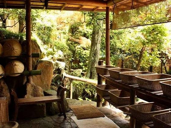 岩や緑に囲まれた野趣あふれる貸切庭園露天風呂の脱衣所。