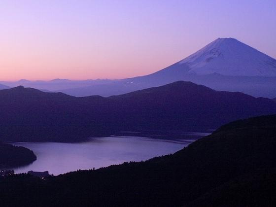 大観山からは、天気が良ければ雄大な富士山と芦ノ湖の眺めが望めます。
