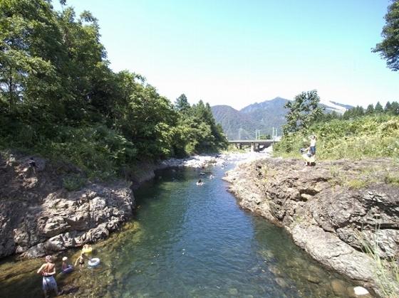夏にはホテル近くの川で川遊びを楽しめる