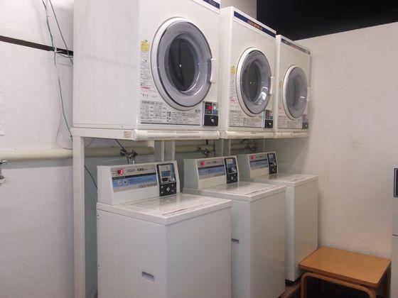 コインランドリーのスペースには洗濯機、乾燥機の設置があります