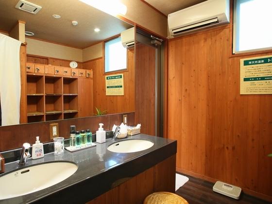 【男性用脱衣室】備品はドライヤー、髭剃り、男性用化粧水等です