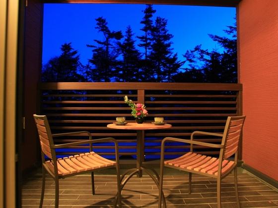 【新館客室デッキ】夏はデッキで夕涼み♪お風呂上りの一杯も◎