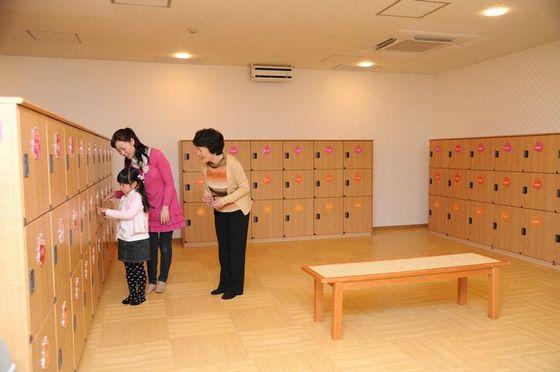 お子さまにも使いやすい開放的なロッカールーム