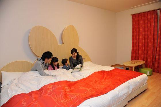 家族4人でもゆったり寝られるゆったりサイズのローベッド