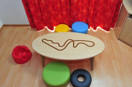 テーブルをはじめ、家具類は角のない安全設計