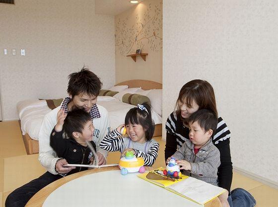 赤ちゃんも安心!テーブルの角は丸く床はクッション材入りの和紙を折り込んだ畳