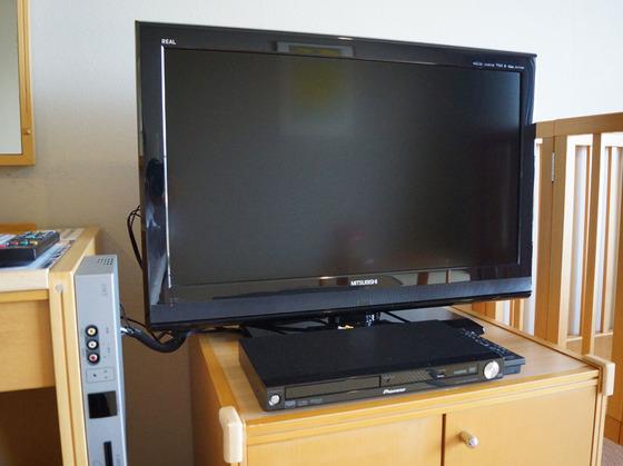 DVDプレーヤーに大型液晶テレビ