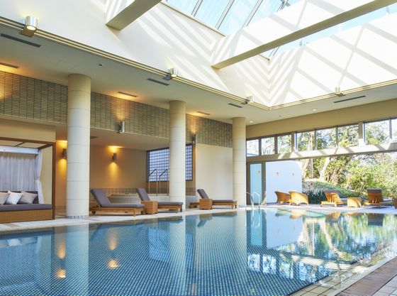 オープンテラス付き室内プール。