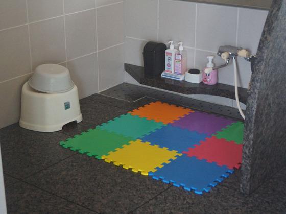大浴場の洗い場にはバスマットもあります。