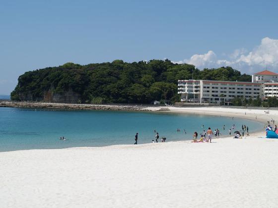 真っ白な砂浜が広がる白良浜