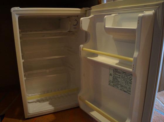 お部屋の冷蔵庫の中は空っぽ