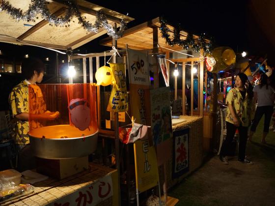 夏休み期間には裏庭で夜店も開催。