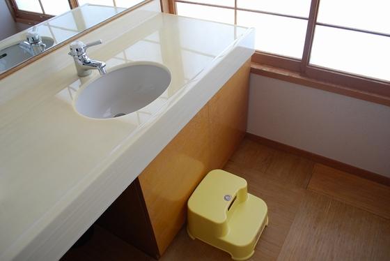 【ウェルカムベビーのお部屋】専用部屋の洗面台にはステップも。手が届いて楽チン♪