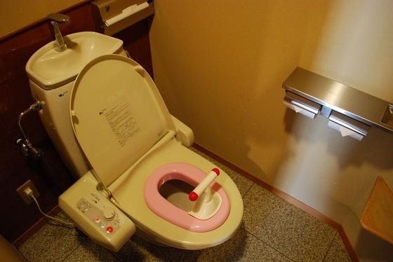 【ウェルカムベビーのお部屋】専用部屋のお手洗いは補助便座付。全室ウォシュレット付です。