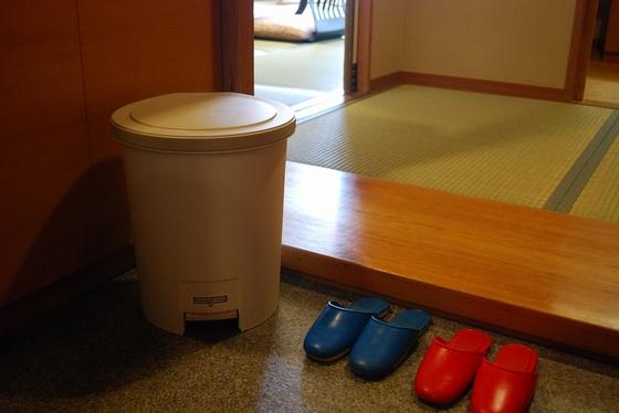 【ウェルカムベビーのお部屋】専用部屋には、おむつ用ごみ箱もあります♪