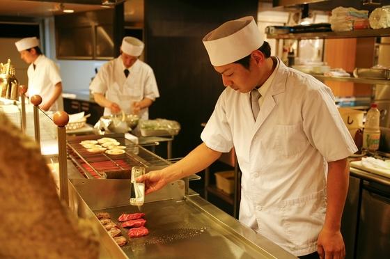 目の前で調理するオープンキッチンバイキング