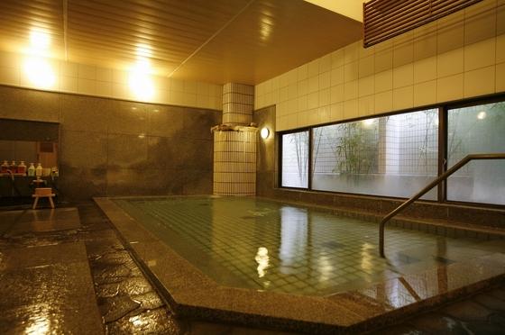 中浴場もひろびろ♪海に近い源泉からの温泉を夜通しお楽しみいただけます。