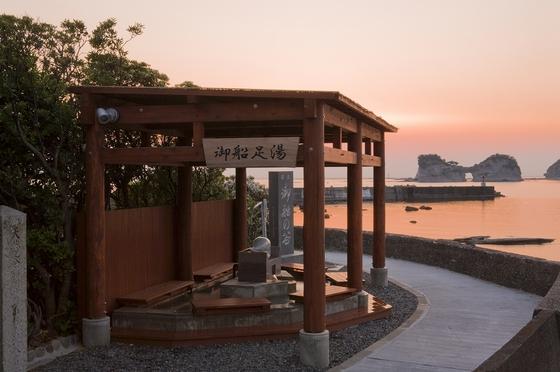 御船足湯からは円月島が一望できます。運が良ければ夕日が沈む瞬間に立ち会えるかも…?