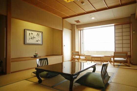 お子様にも安心の畳のお部屋です。9階以上のお部屋は白良浜が望めます。