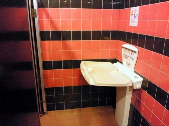 ロビー横トイレ(男女)にベビーシート完備