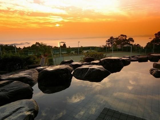 露天風呂から夕陽を眺望