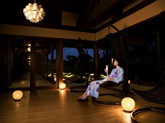 夜に温泉から見上げるホテルは壮観