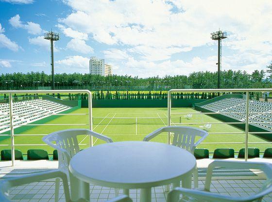 国際試合も行われるテニスアカデミーには室内コートもあり、快適にお楽しみいただけます。