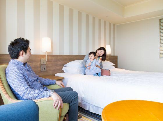 お部屋は全室オーシャンビュー、床は絨毯なので赤ちゃんも安心